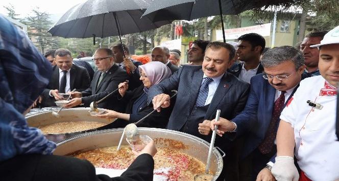 Bakan Eroğlu'ndan vatandaşlara aşure ikramı
