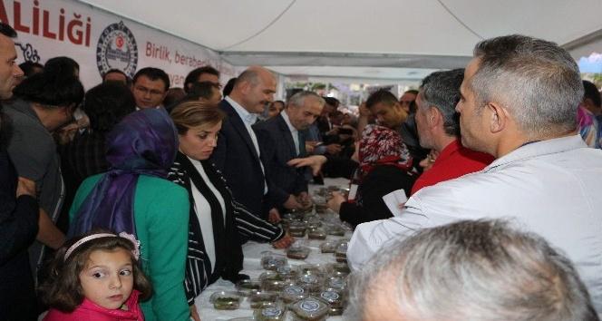Bakan Süleyman Soylu Trabzon'da aşure dağıttı