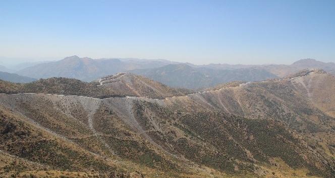 Sınır güvenliği için dağlar patlatılıyor