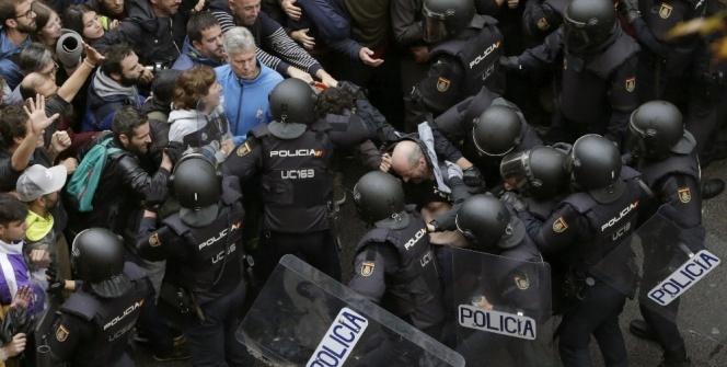 İspanya'da polisle seçmen arasında çatışma