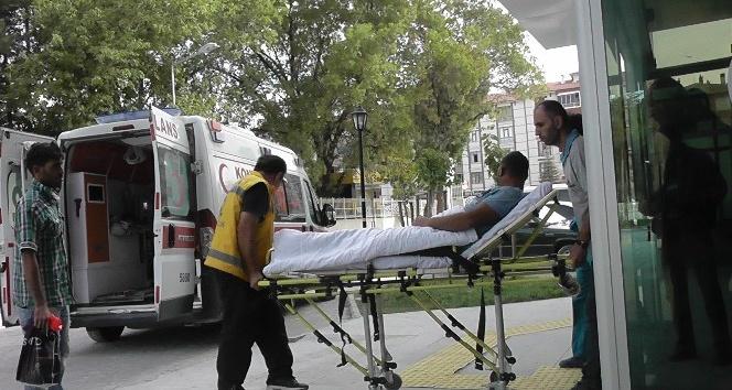 Elektrikli hızarla odun keserken ayağını kesip yaralandı