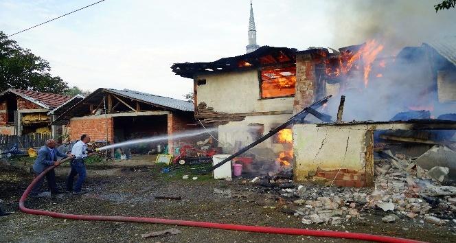 Kastamonu'da çıkan yangında iki aile evsiz kaldı