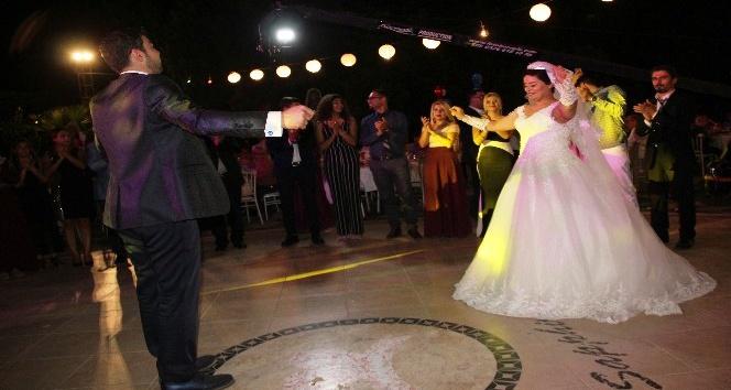 Kanseri yendi düğünündeki takıları kanser vakfına bağışladı