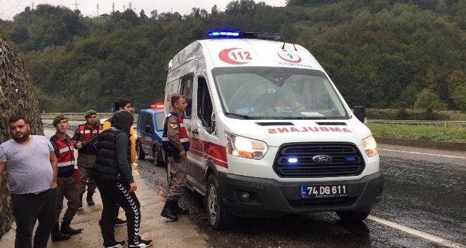 Ambulans istinat duvarına çarptı