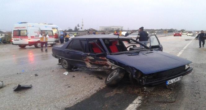 Karşı şeride giren otomobil kaza yaptı: 2 yaralı