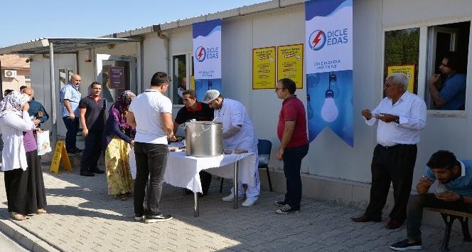 Dicle Elektrik'ten müşterilerine aşure ikramı