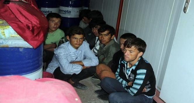 Polis üşüyen kaçak göçmenlere sıcak çay ikram etti.