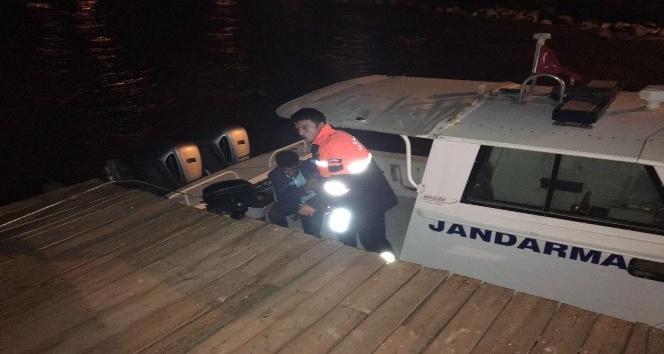 Van Gölü'nde mahsur kalanları jandarma kurtardı