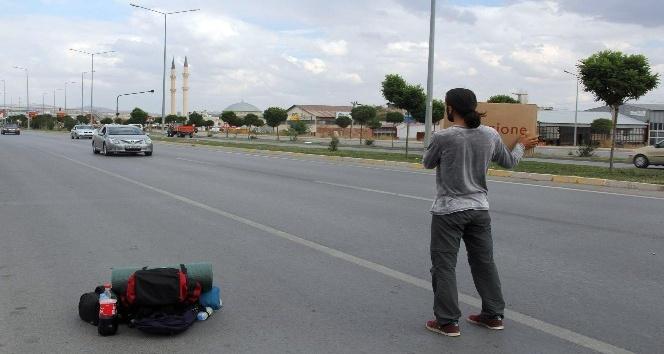 İlahiyat öğrencisi otostop yaparak Türkiye'yi geziyor