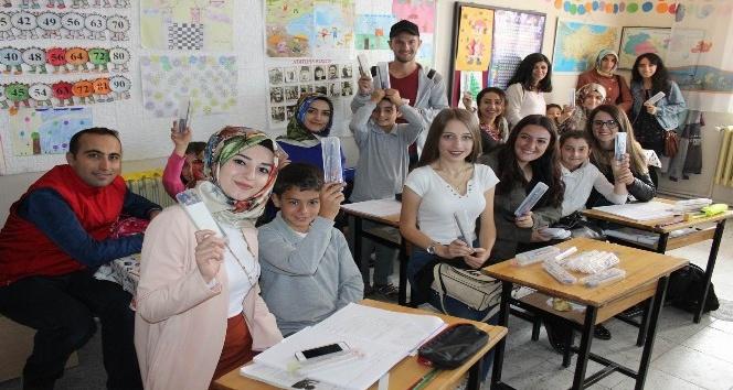 Erzincan'da öğrencilere kırtasiye seti dağıtıldı