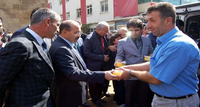 Bitlis Valisi Ustaoğlu, vatandaşlara aşure ikramında bulundu