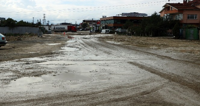 Sakarya'da vatandaşların çamurlu yol tepkisi