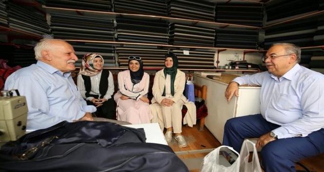 AK Parti üyeleri ve Başkan Kutlu'dan Yaşlılar Günü kutlaması