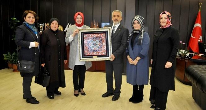 Kadınlardan Rektör Bilgiç'e çini tablo hediyesi