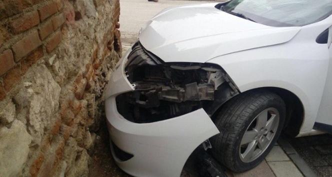 Otomobil duvara çarptı; 2 yaralı