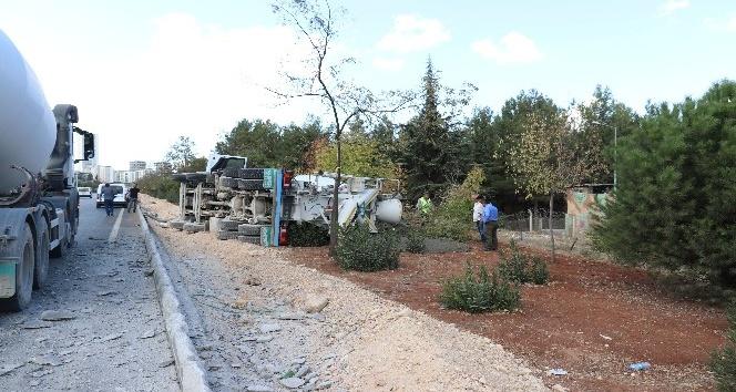 Beton mikseri devrildi harç yola döküldü