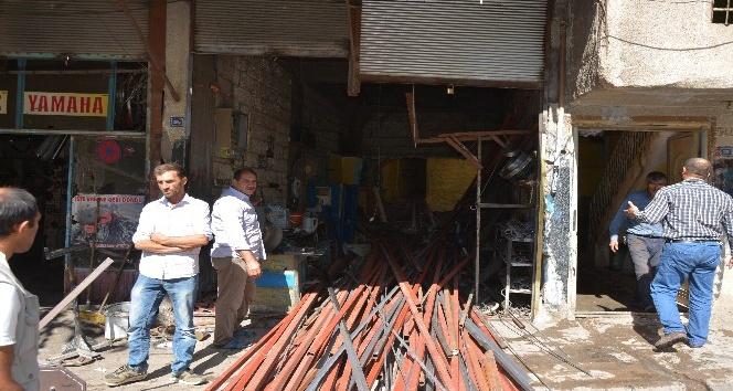 Devrilen demir rafların altında kalan iki kişi yaralandı
