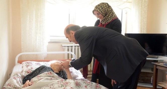 Vali Çiftçi 104 yaşındaki Resmiye nineyi ziyaret etti