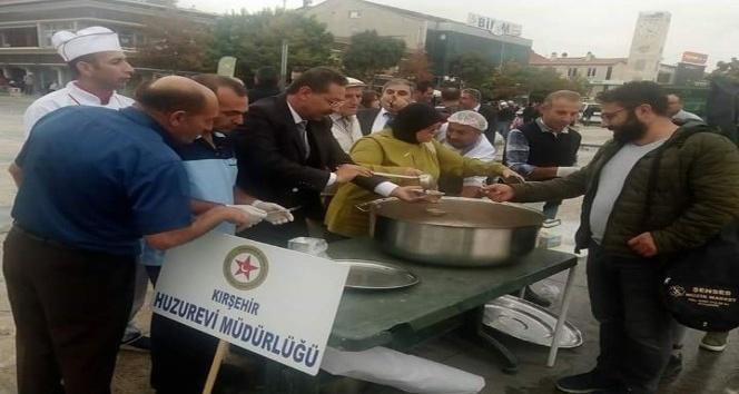 Huzurevi yaşlıları Muharrem ayı nedeni ile aşure yapıp dağıttı