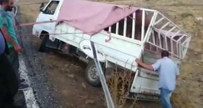 Yoldan çıkan pikaba ilginç kurtarma operasyonu