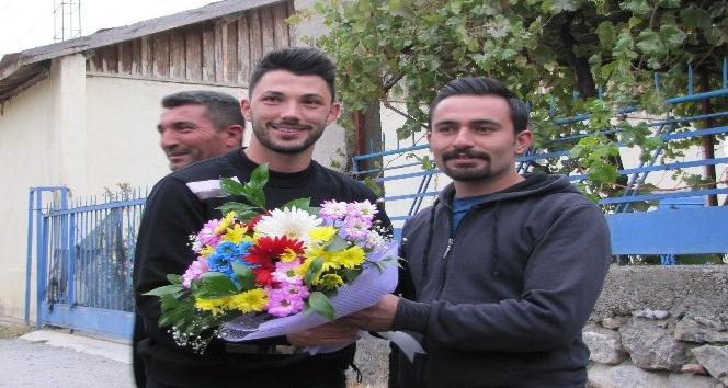 Beşiktaşlı futbolcu Tolgay Arslan köyünü ziyaret etti