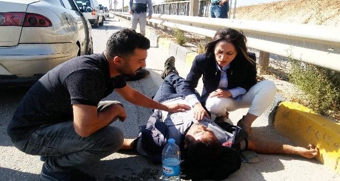 Kazada yaralanan motosiklet sürücüsüne olay yerinden geçen ilk yardım uzmanı müdahale etti