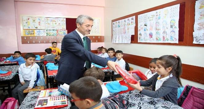 Gaziantep'te 100 bin öğrenciye boyama seti dağıtıldı