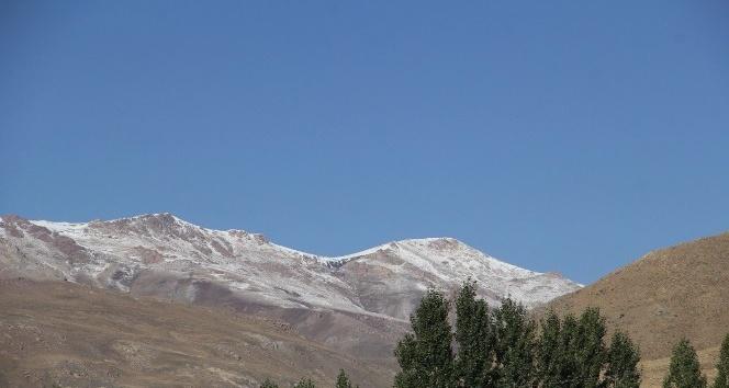 Başkale'de yüksek kesimlere kar yağdı