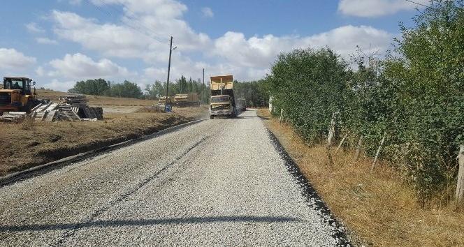 Yıldızeli'nde köy yollarında asfaltlama çalışmaları
