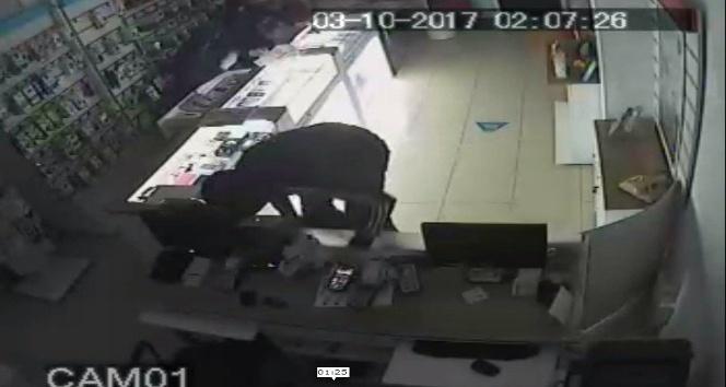 30 saniyede 50 bin liralık telefon çalan hırsızlar kayıplara karıştı