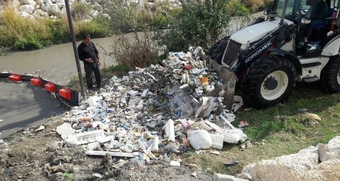 Yüzen bariyerler tonlarca çöpü engelledi