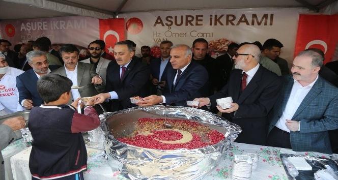 Cumhurbaşkanı Erdoğan'ın talimatıyla Van'da 2 bin kişiye aşure dağıtıldı