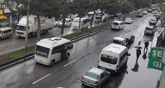 Tatvan'da sağanak yağış etkili oluyor