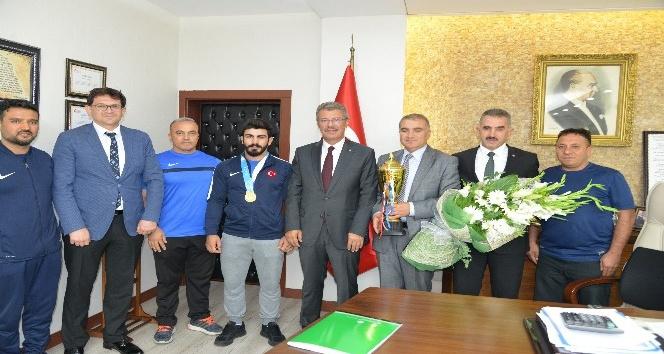 Şekersporlu Milli Güreşçi Fatih Cengiz birincilik kupasını aldı
