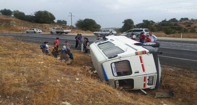 Direksiyon hakimiyetini kaybeden minibüs devrildi, 6 yaralı