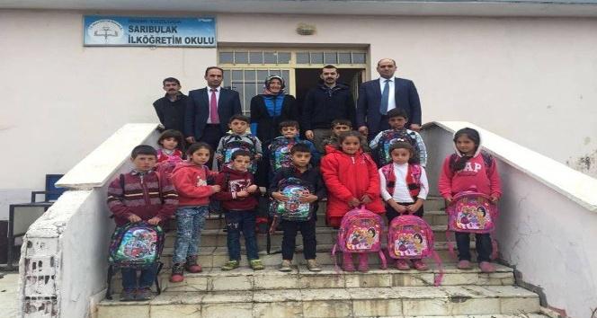 Tuzluca ilçesine bağlı köy okullarındaki öğrencilere kırtasiye yardımı yapıldı