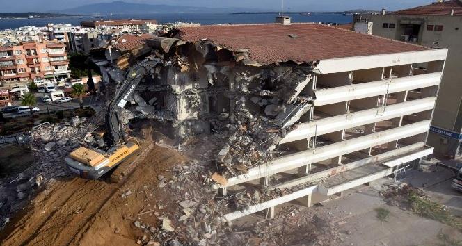 Aliağa Belediyesi'nin eski hizmet binası yıkıldı