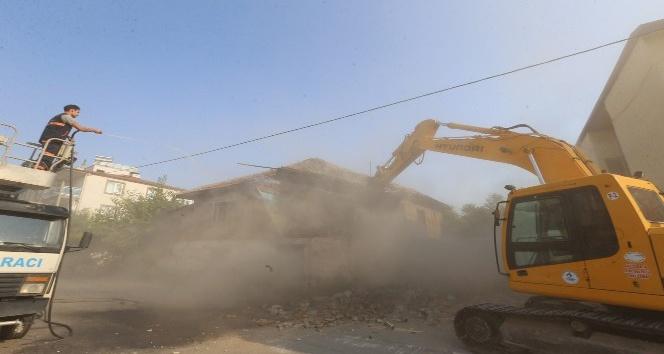 Metruk binaları belediye tarafından yıkılıyor