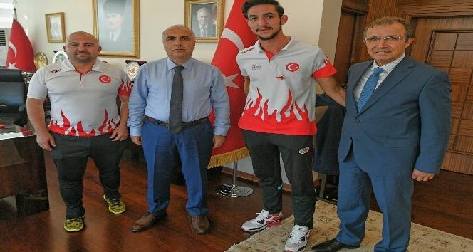 Vali Karahan, şampiyon sporcuyu kabul etti