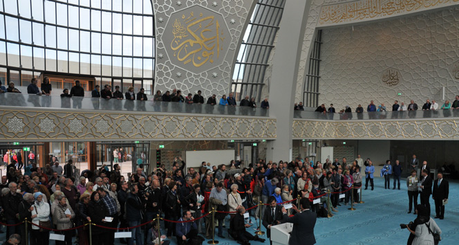 Almanyada camiler ziyaretçi akınına uğradı