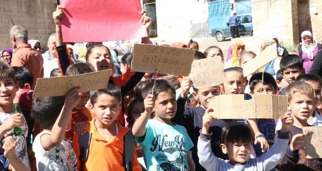 Öğrenciler 3 kilometre uzaklıktaki okula yürüyerek gidiyor