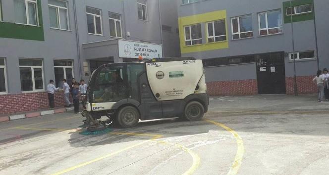 Akçakoca'da okul bahçeleri temizleniyor