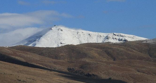 Van'ın Muradiye ilçesinde yılın ilk karı yağdı