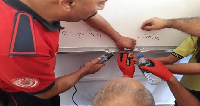 Öğrencinin parmağı yazı tahtasının metal bölümüne sıkıştı
