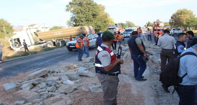 Aydın'da trafik kazası, karşı yönden gelen olmaması faciayı önledi