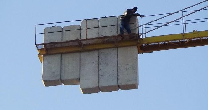 Parasını alamadığını iddia eden işçi 40 metrelik vince çıktı