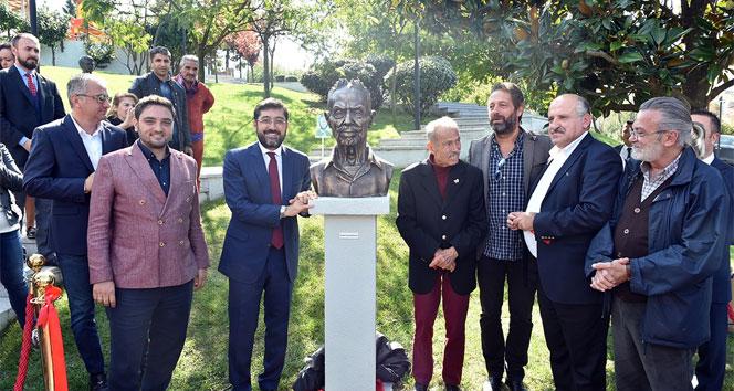 Beşiktaşta ünlü müzisyenin heykeli dikildi