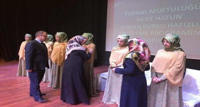 Hafızlık eğitimini tamamlayan kız öğrenciler taç giydi