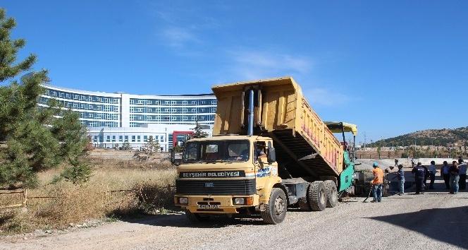 Beyşehir'de yeni hastane yolunda sıcak asfalt