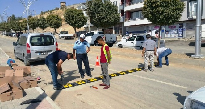 Şırnak Belediyesi, ana caddelere kasis ve ışıklı uyarı levhaları taktı